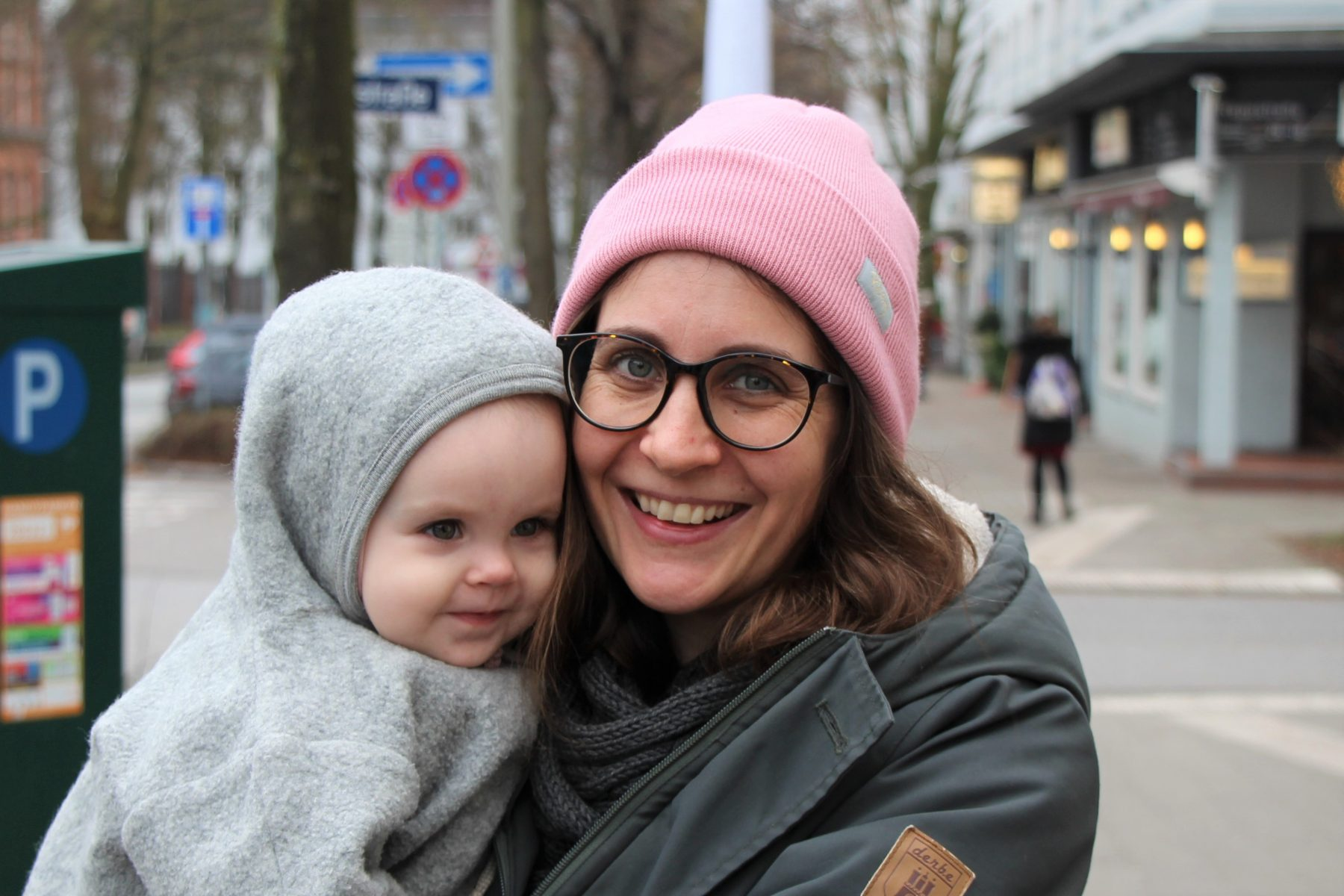 Lisa und ihre Tochter Alva haben immer Glück mit einem Parkplatz im Grindelviertel. Foto: Fabian Sigurd Severin.