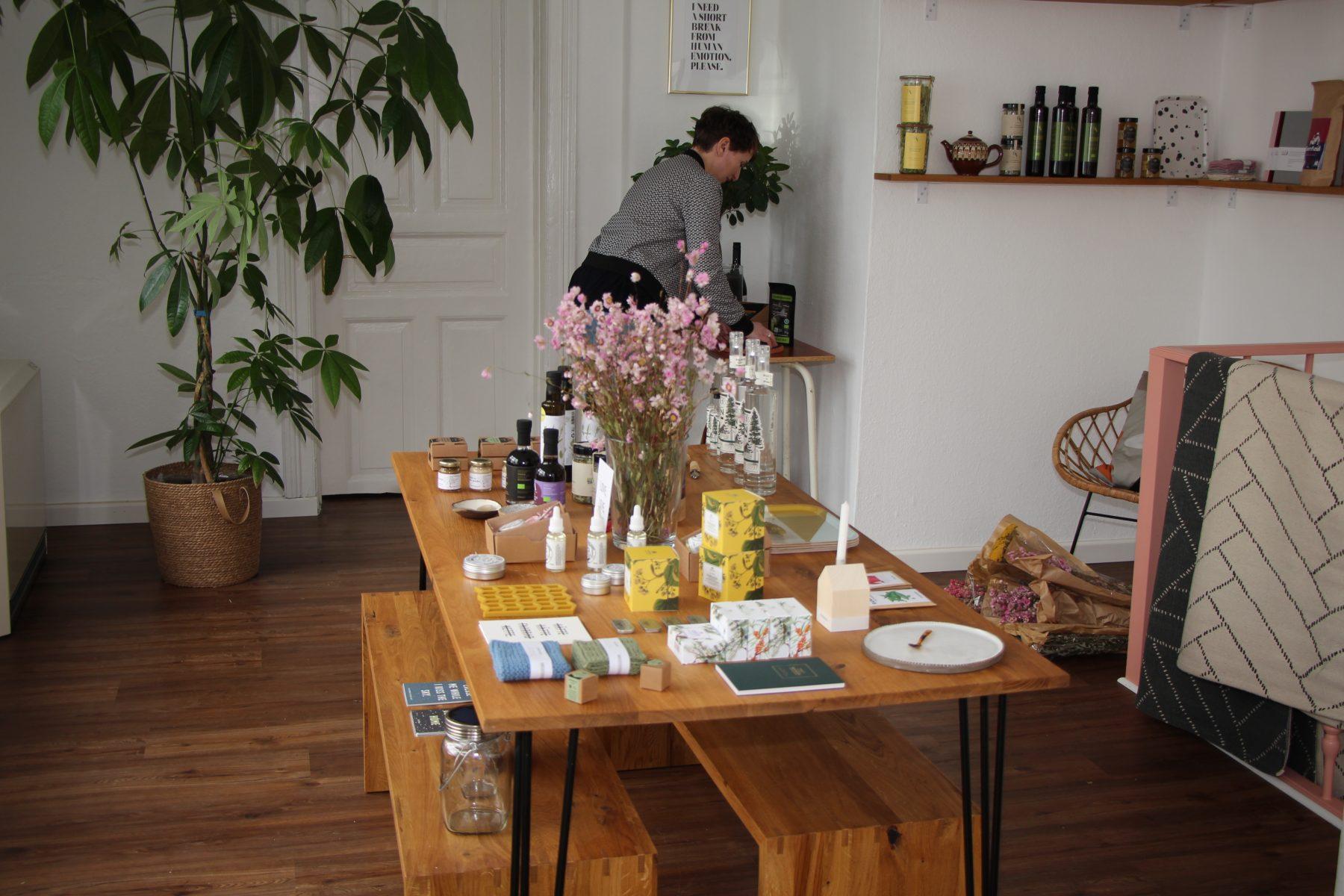 Pröbstl verkauft in ihrem Laden unter anderem Design und Kosmetik. Foto: Sophia Kleiner