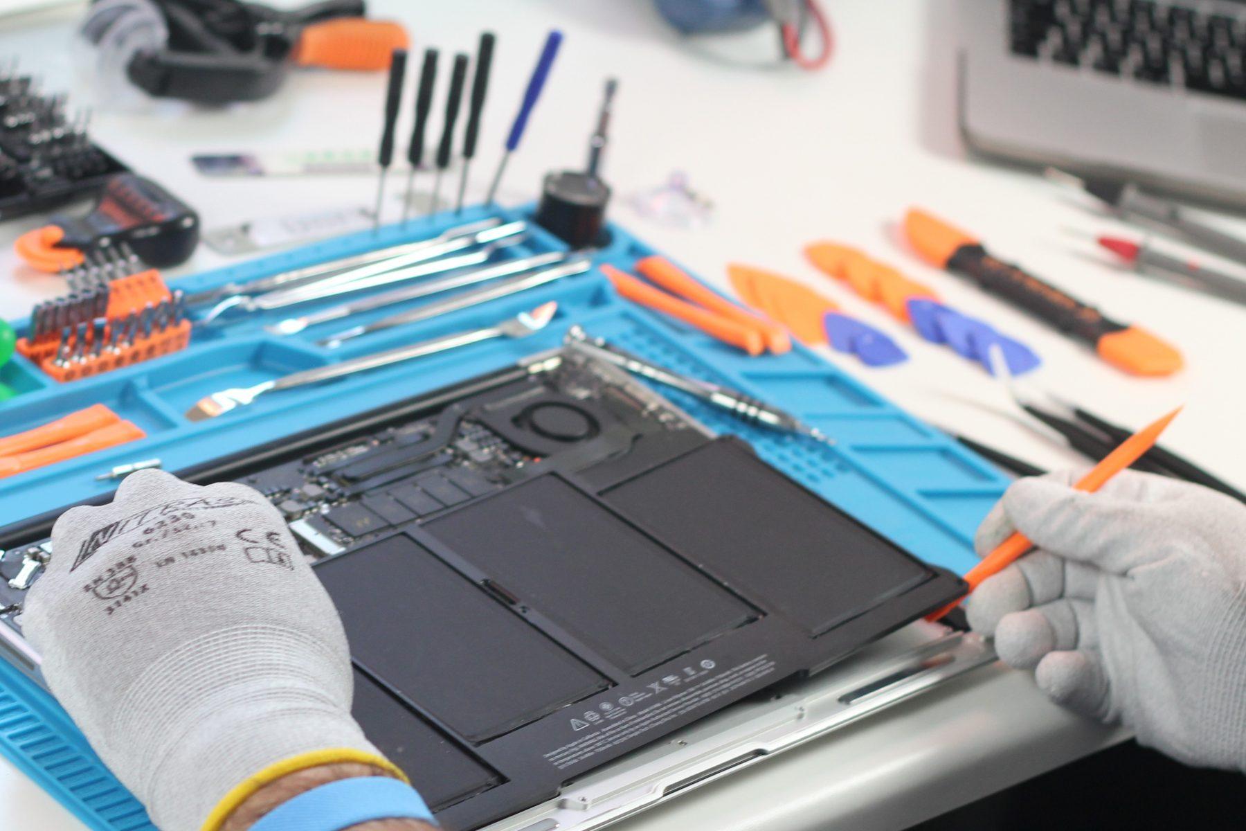 Reparatur eines MacBook Air im APS AllPhoneStore. Foto: APS AllPhoneStore