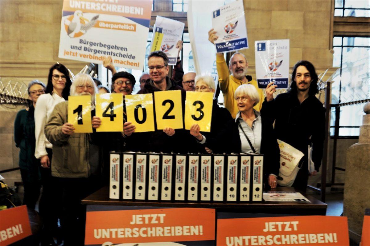 """Die Initiative """"Mehr Demokratie e.V."""" freut sich über 14.000 Unterschriften."""