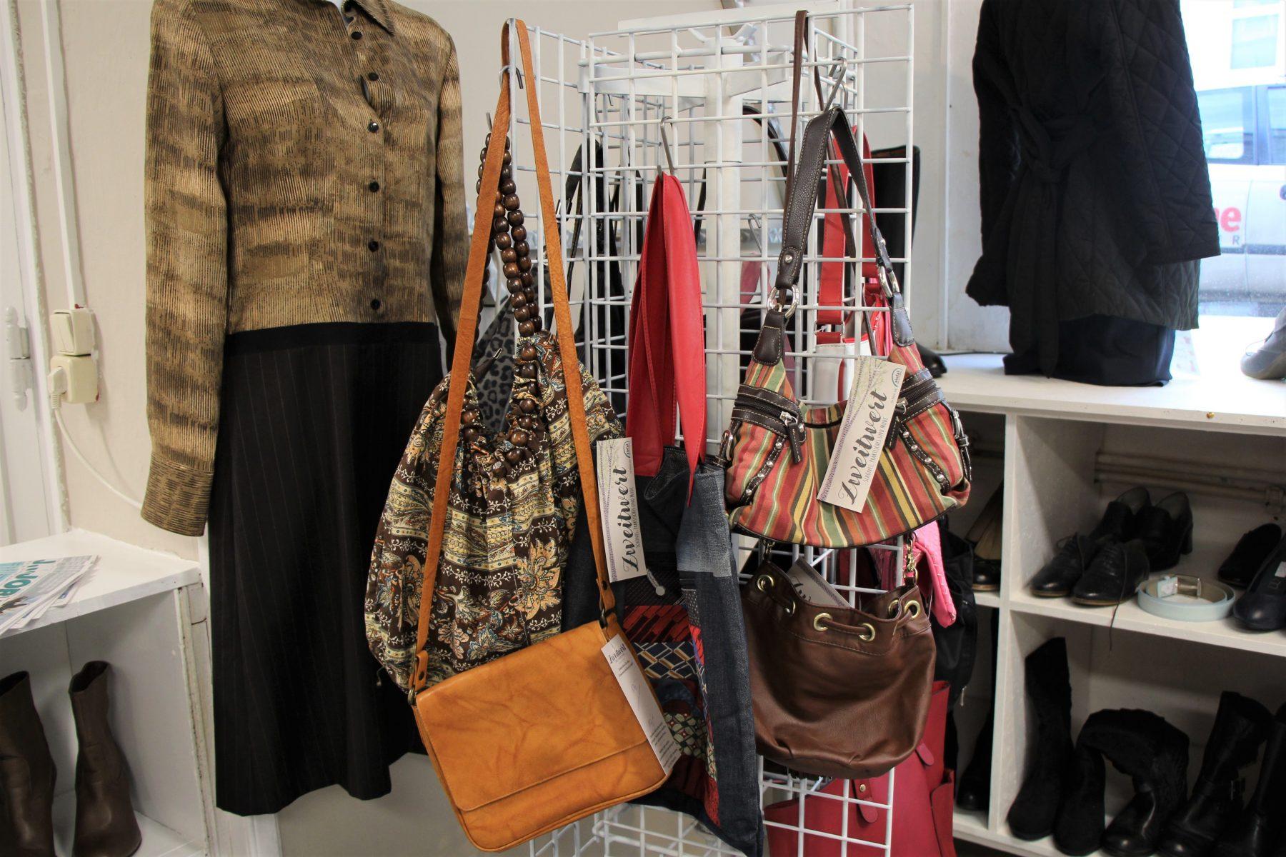 Bei Zweitwert gibt es Kleidung, Haushaltswaren und Accessoires. Foto: Sophia Kleiner