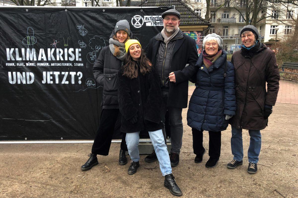 Extinction Rebellion Aktivisten vor ihren Klimawänden
