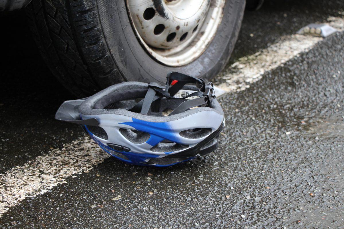 Die Radfahrerin erlitt beim Zusammenprall schwere Kopfverletzungen.