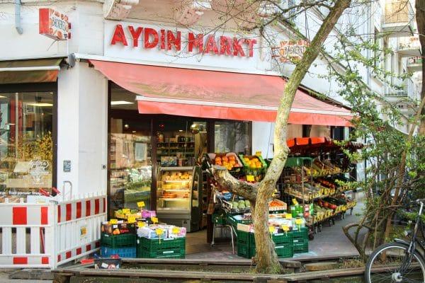 """Unbekannte warfen Buttersäure durch das Fenster des """"Aydin Markts"""" in der Lindenallee. Foto: Vanessa Leitschuh"""