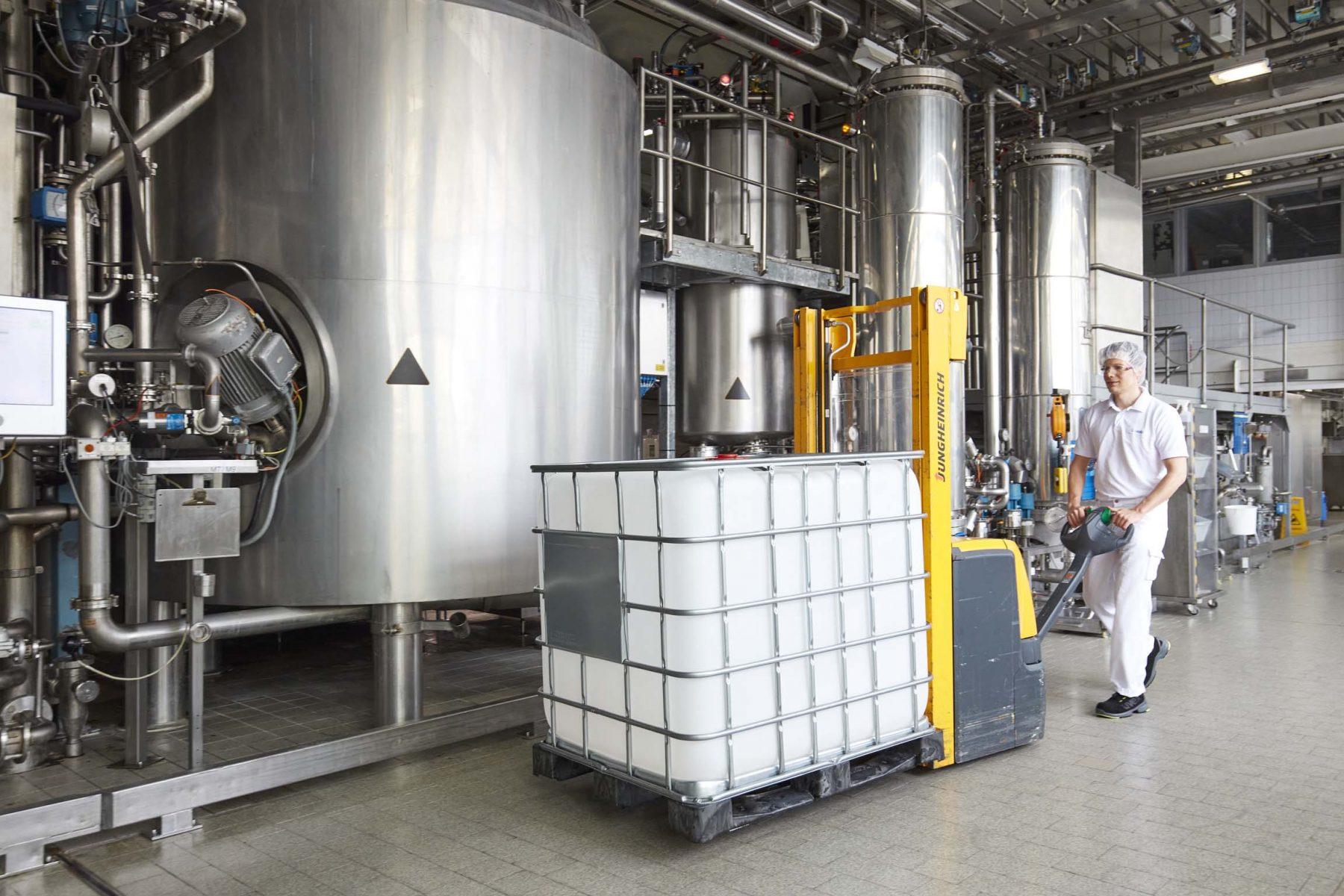 Teamleiter Johannes Engert bei der Herstellung der Emulsion. Foto: Beiersdorf