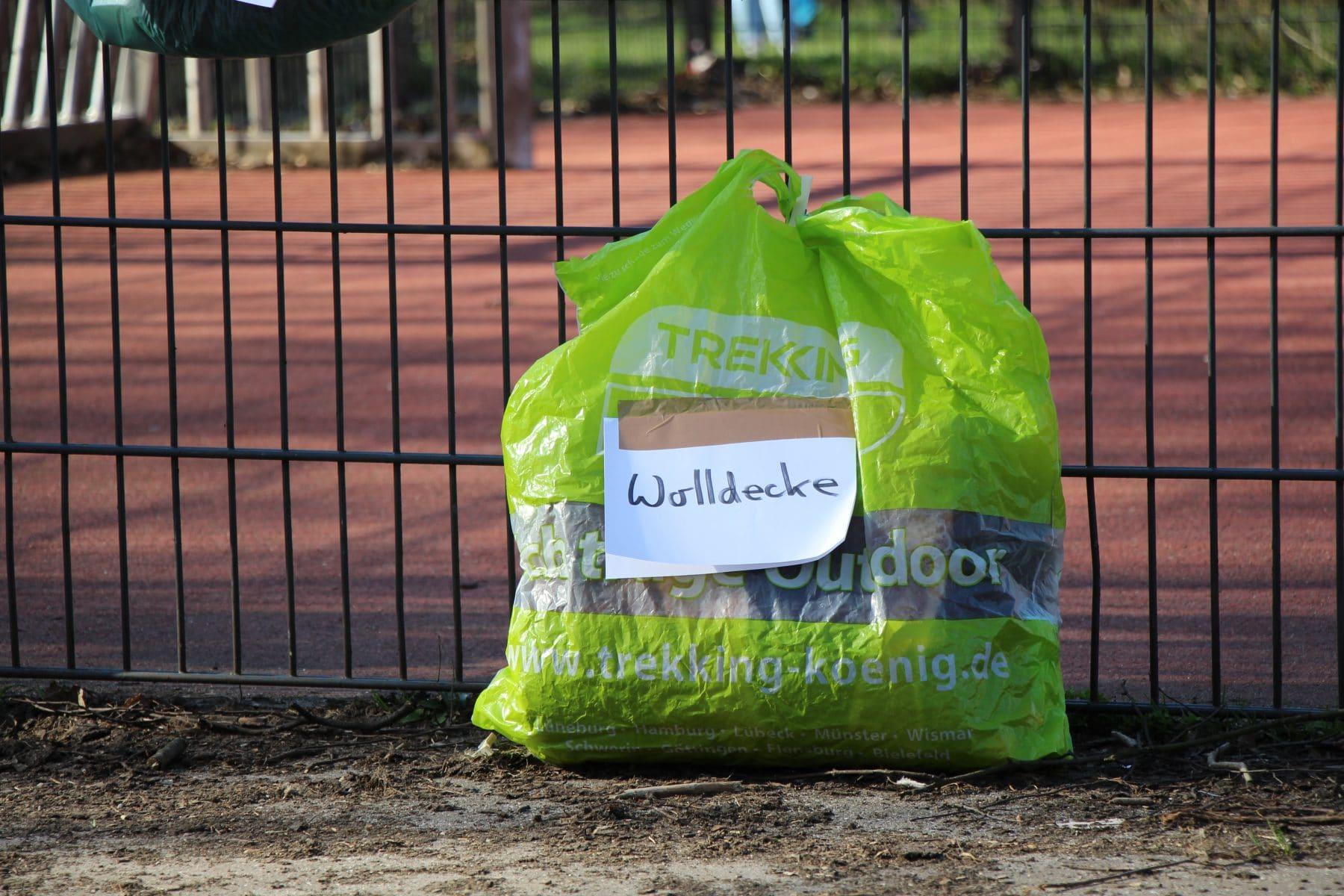 Wetterfest verpackt und beschriftet: die Spenden am Gabenzaun.