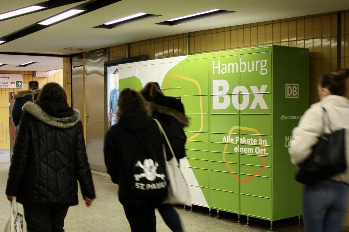 Hamburg Box an der U-Bahnhaltestelle Osterstraße mit vorbeilaufenden Menschen