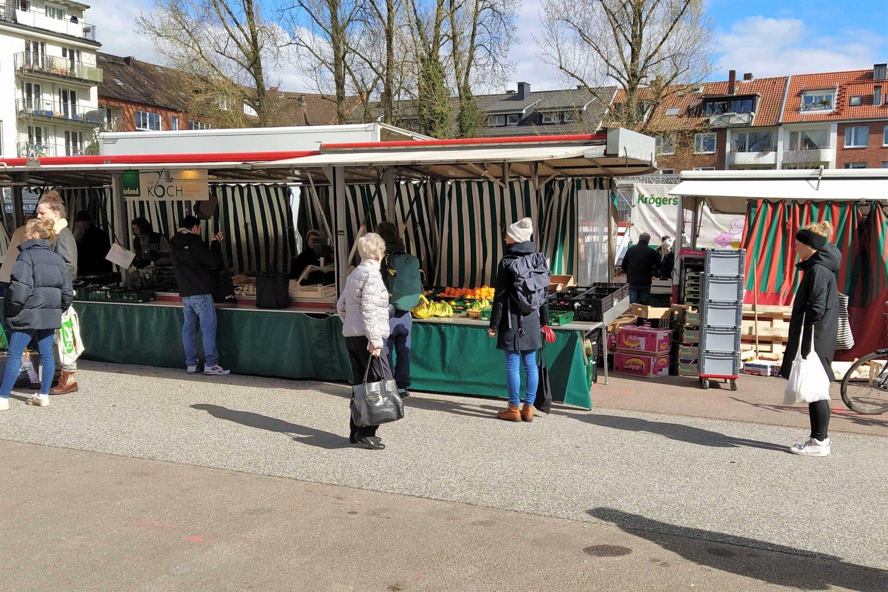 Vor den Marktständen wahren die Besucher Abstand beim Schlangestehen.
