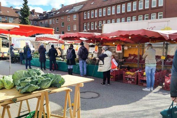 Besucher auf dem Wochenmarkt Grundstraße gehen auf Abstand. Foto: Vanessa Leitschuh