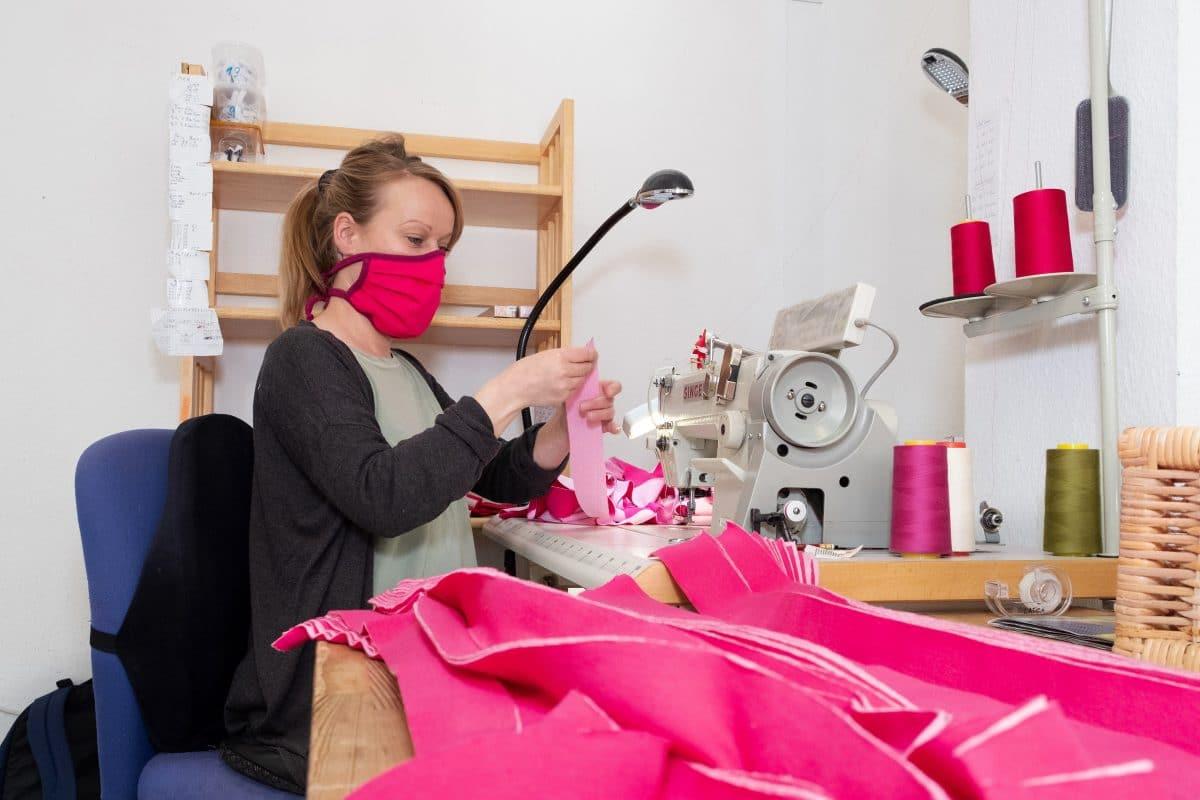Die Mützenmanufaktur Pickapooh stellt nun Schutzmasken her. Foto: Gisela Köhler