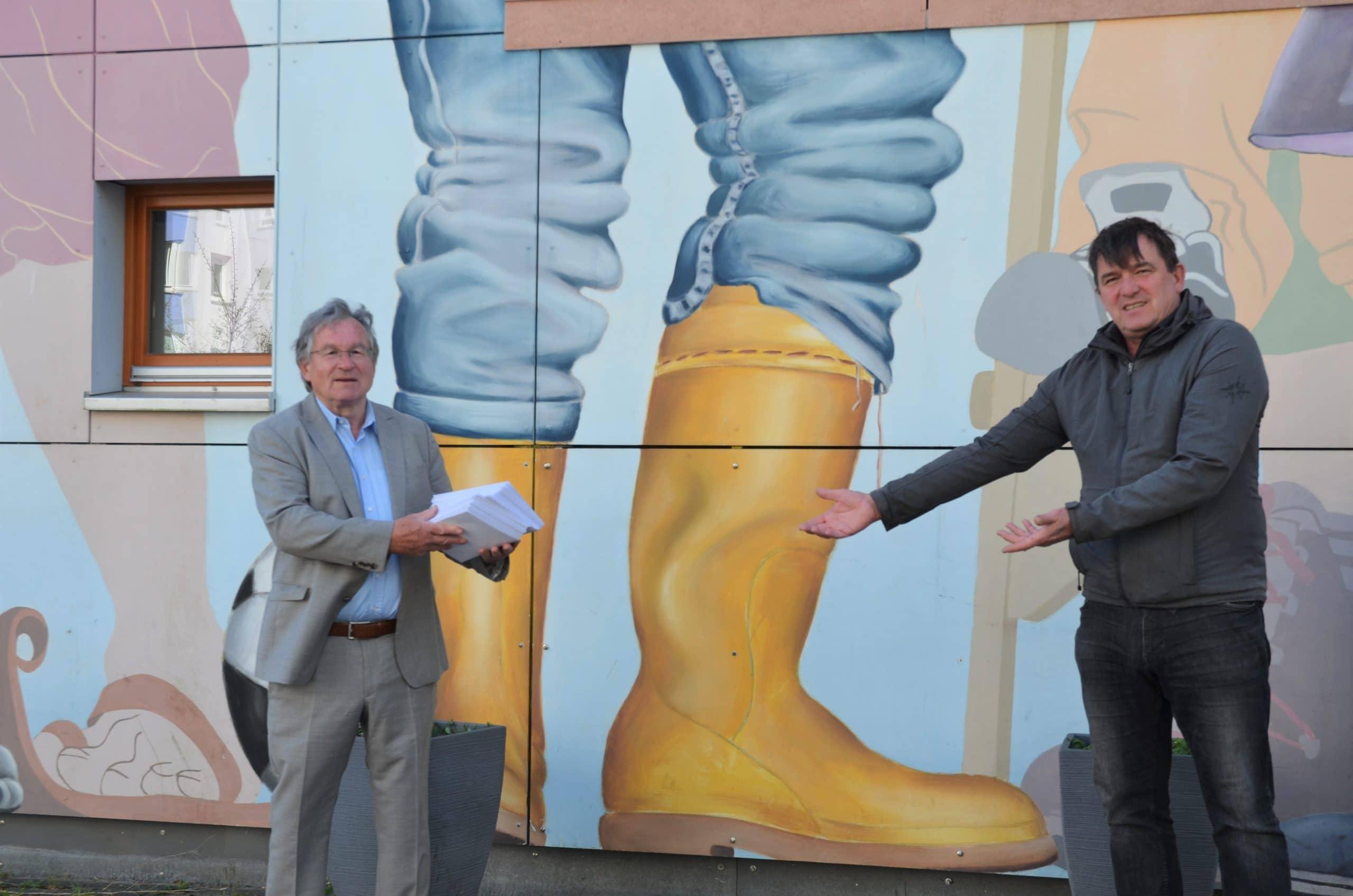 Klaus Wicher übergibt die Gutscheine an Ralf Helling. Foto: Susanne Rahlf/ SoVD