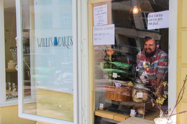 """Willi Bahlmann, Inhaber von """"Willi's Cakes"""", verkauft seine Küchlein jetzt durchs Fenster. Foto: Alana Tongers"""
