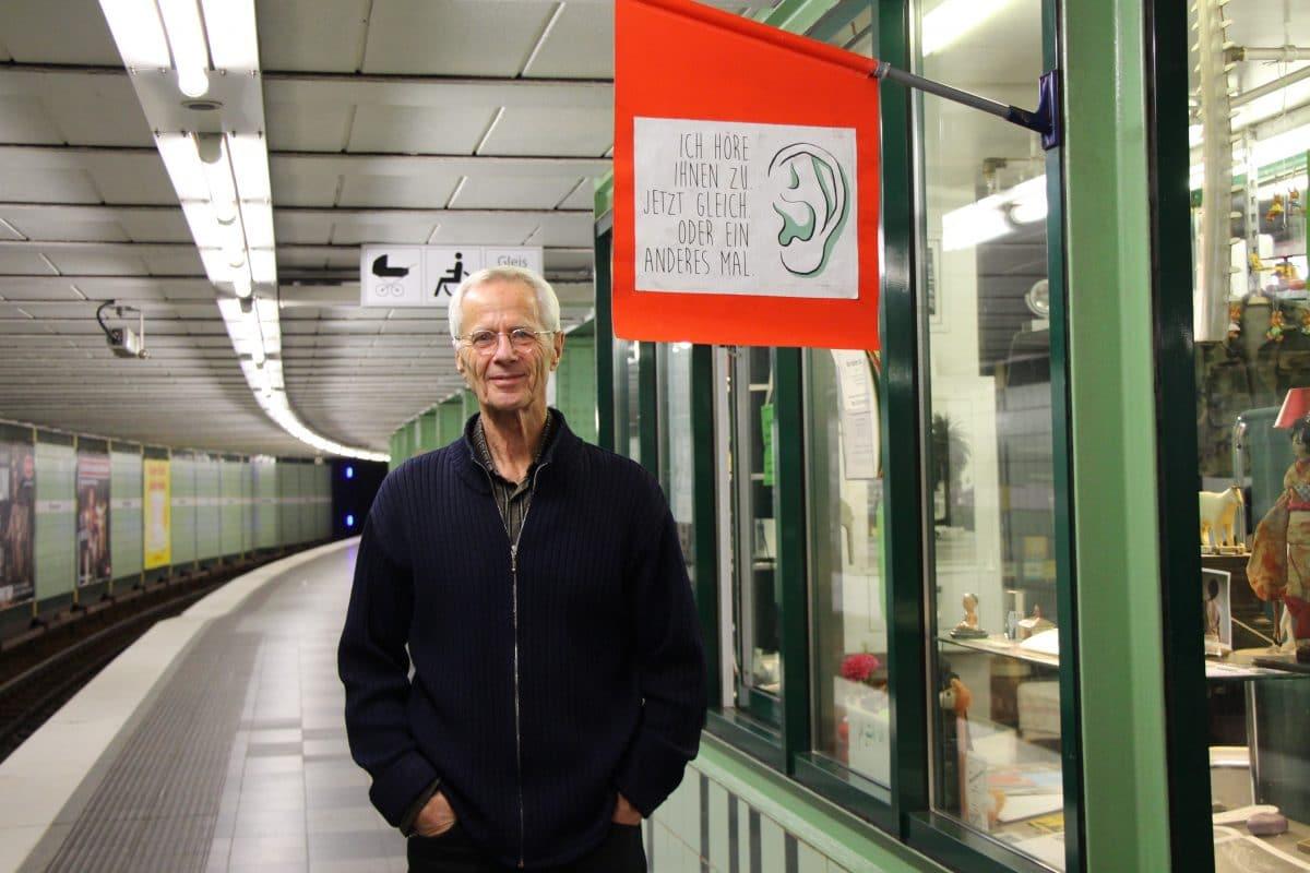 Christoph Busch, Gründer des Zuhör-Kiosks, vor dem Kiosk in der Bahnstation Emilienstraße. Foto: Vanessa Leitschuh
