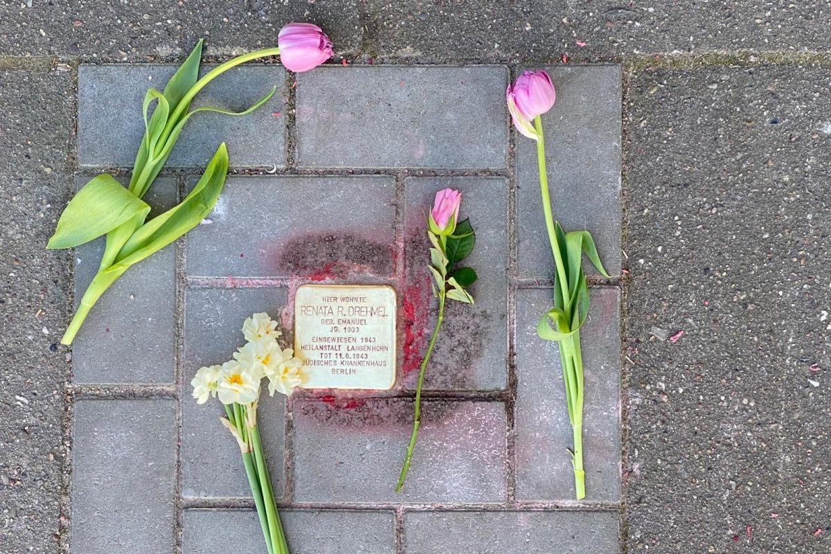 Die Anwohner erinnern mit Blumen an Renata Reha Drehmel. Foto: Holger Artus
