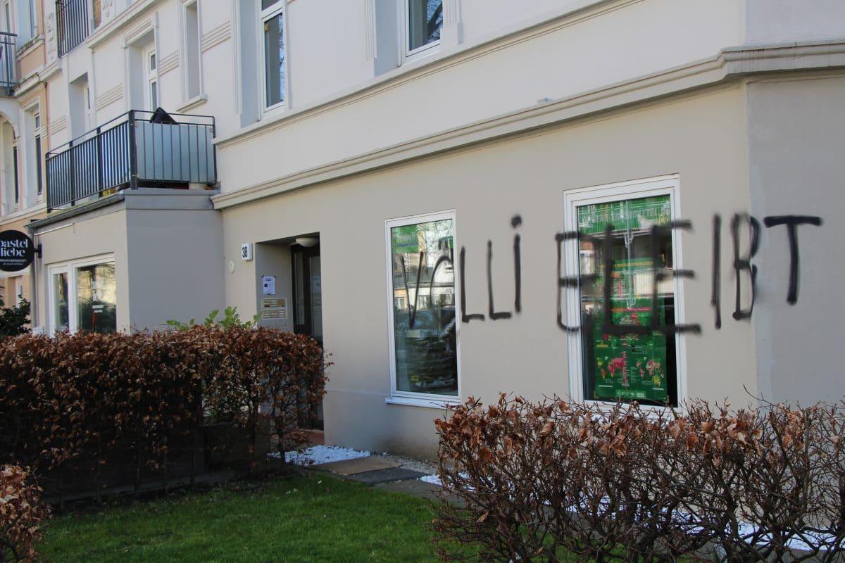 """Unbekannte schrieben """"Völli bleibt"""" auf die Fassade des Grünen-Büros."""