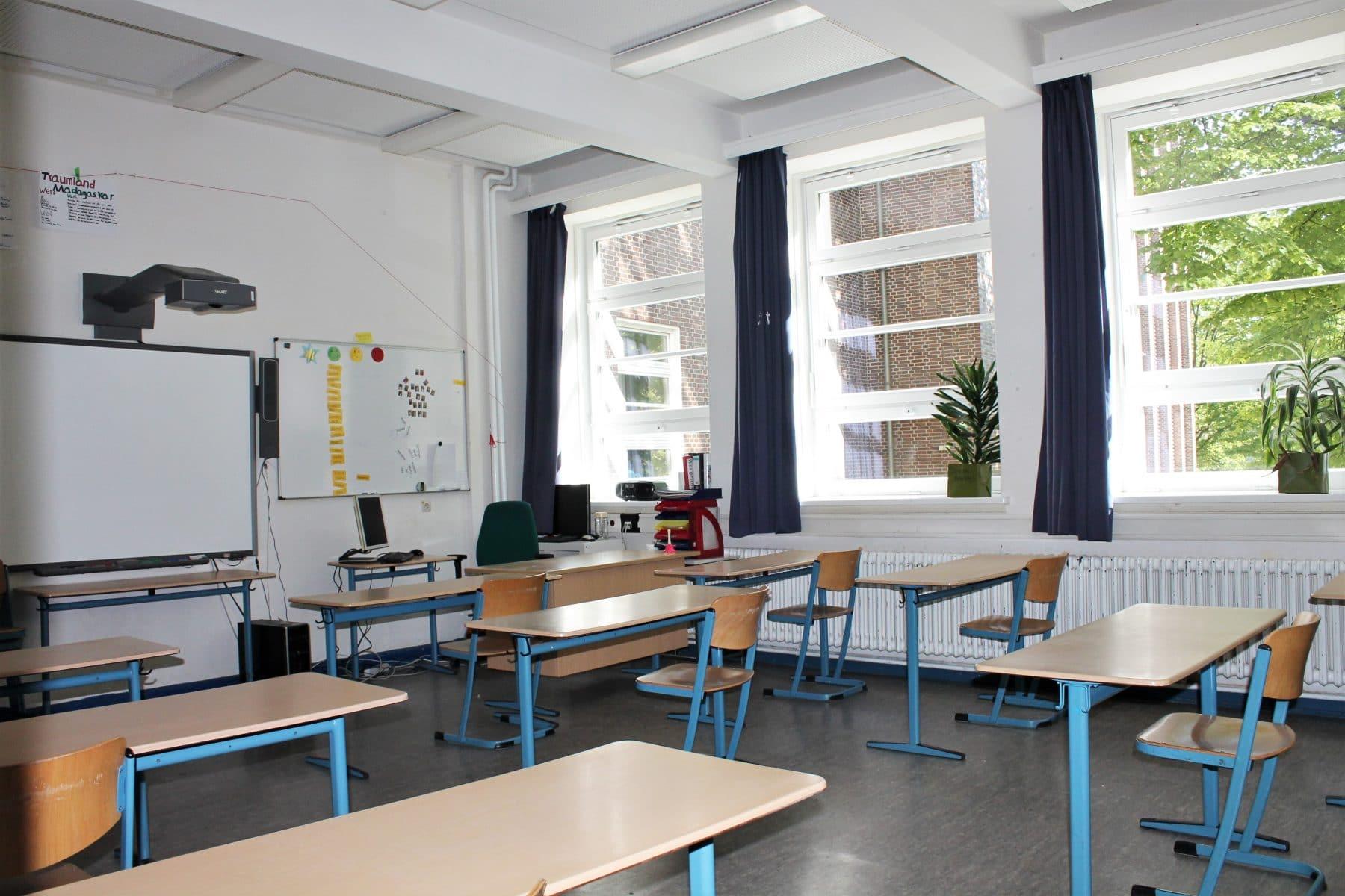Blick in den Klassenraum: Die Tische stehen weit auseinander. Foto: Marianne Bruhns