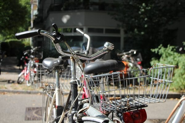 Die gestohlene Handtasche lag hinten im Fahrradkorb. Foto: Alicia Wischhusen