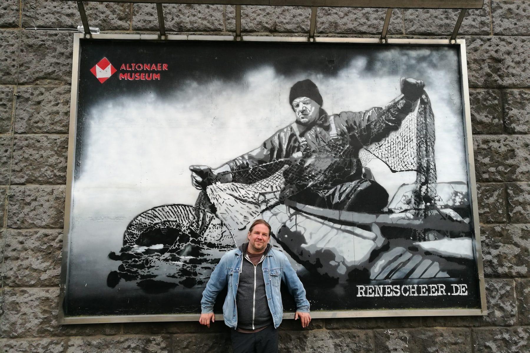 Der Künstler René Scheer vor einem seiner Werke. Foto: Silke Grau