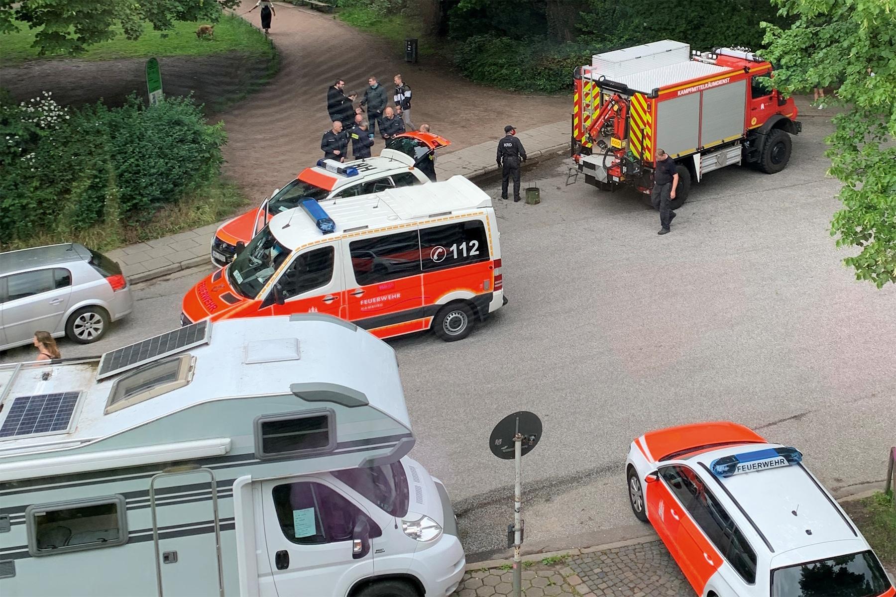 Vor dem Parkeingang stehen die Einsatzwagen bereit. Foto: Ellen Schuttrich