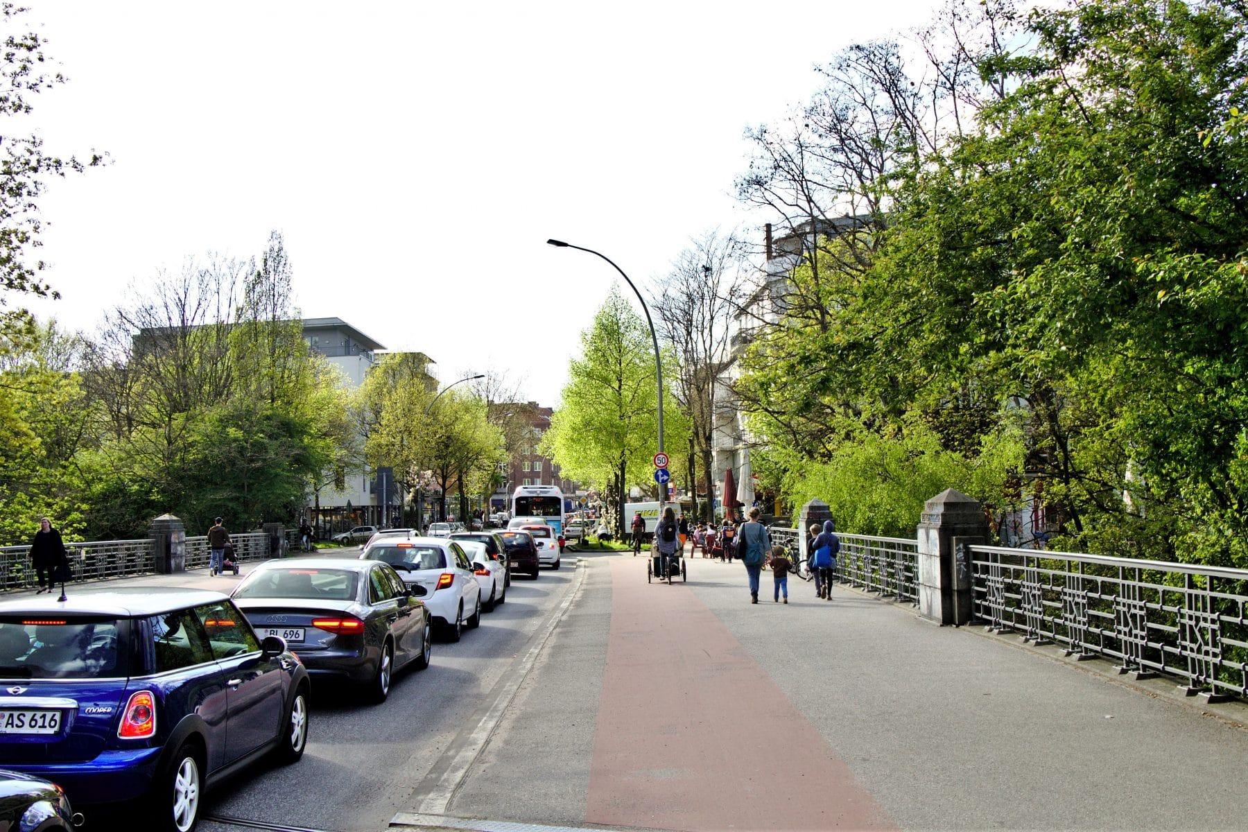 """Die """"Eimsbütteler Brücke"""" führt von der Osterstraße zur Bundesstraße."""
