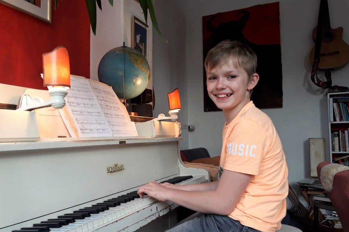 """Benni spielt das Klaviersolo im """"Corona Blues"""" der Ida Ehre Schule. Foto: Privat."""