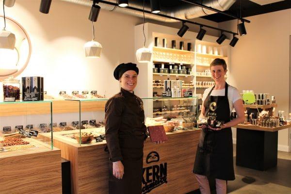 Konditormeisterin Annina Lutz und Storemanagerin Lisa Walter vor dem Schokotresen. Foto: Marianne Bruhns