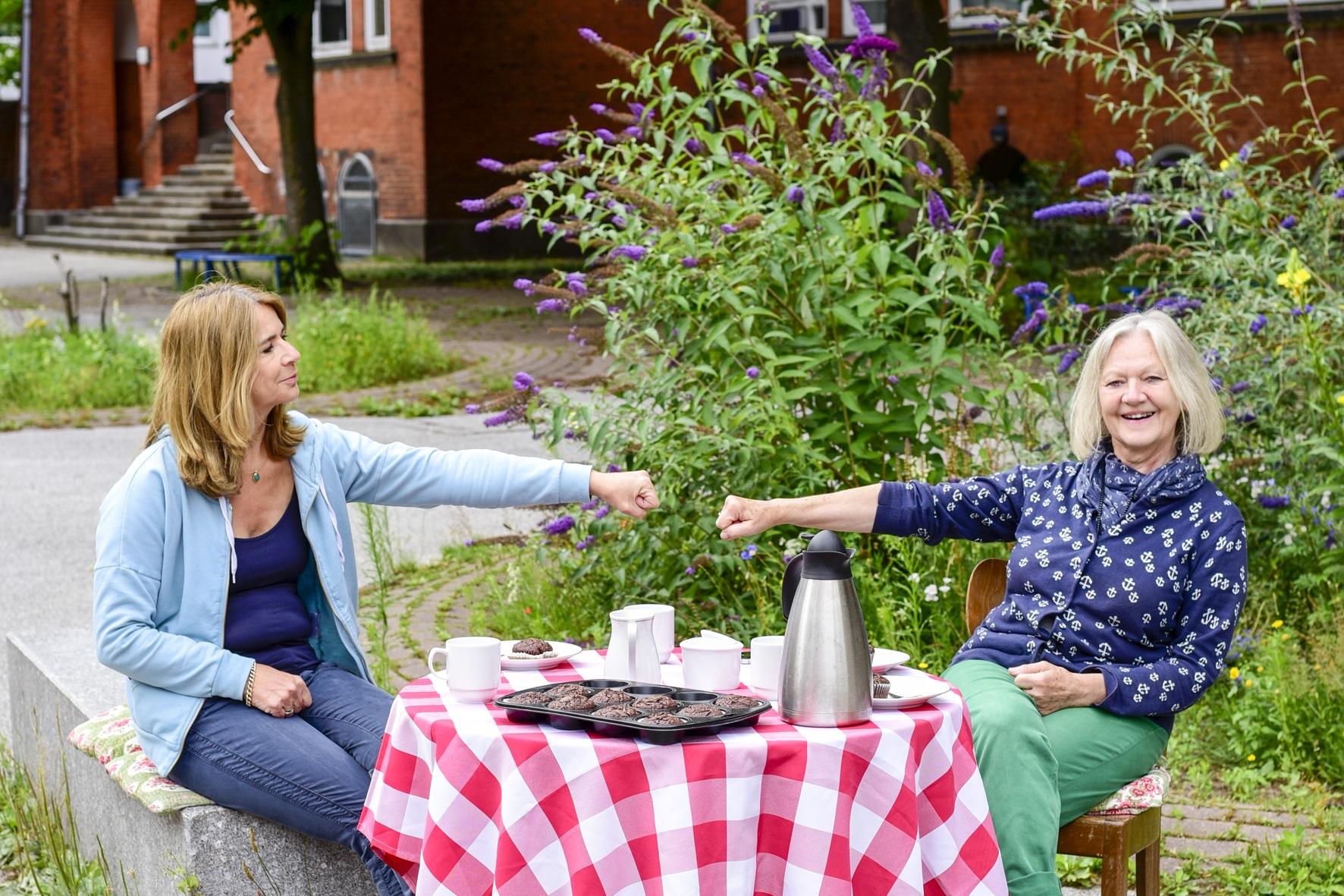 Kaffeetisch auf dem Schulhof Telemannschule. Arlette und Elvira halten den Mindestabstand ein. Foto: Frederika Hoffmann