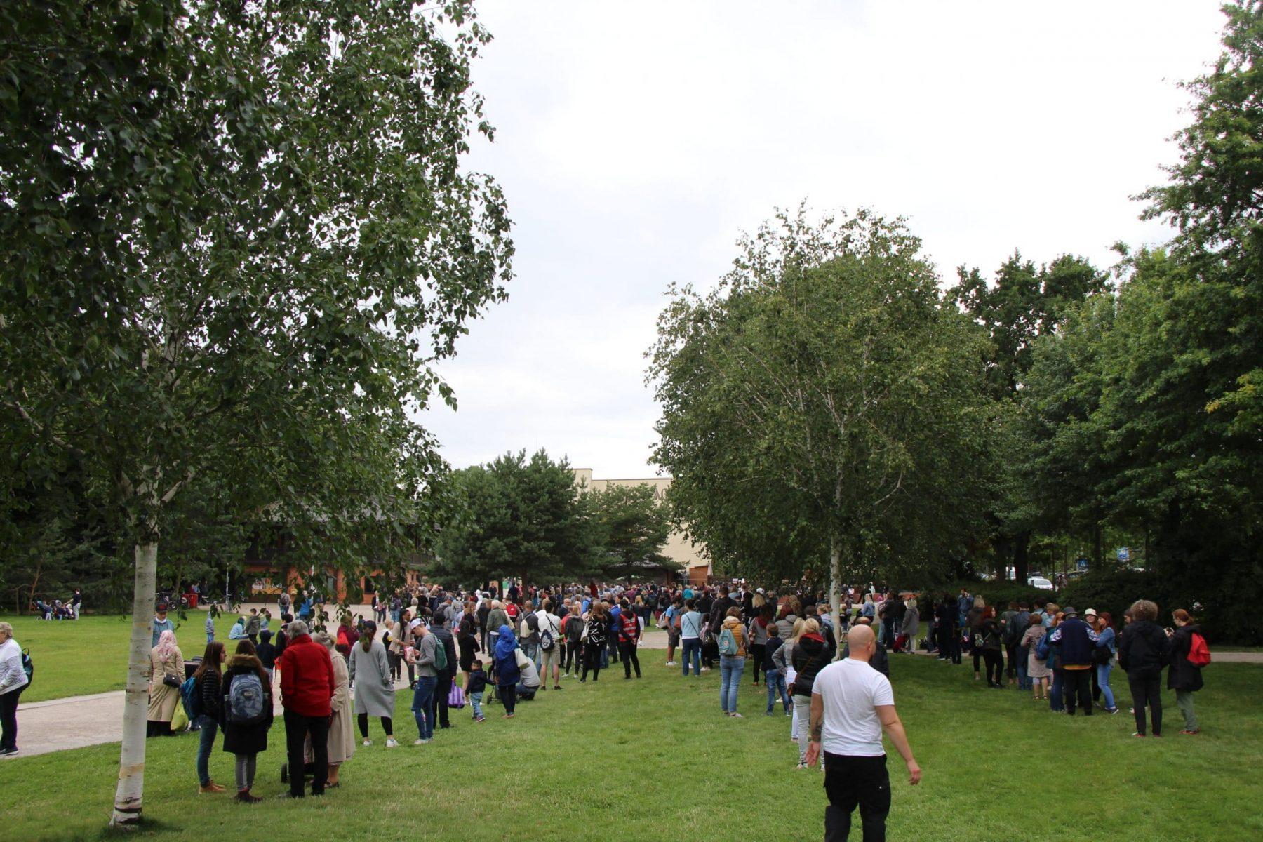 Massen warten vor dem Tierpark Hagenbeck auf Einlass. Foto: Johanna Grabert