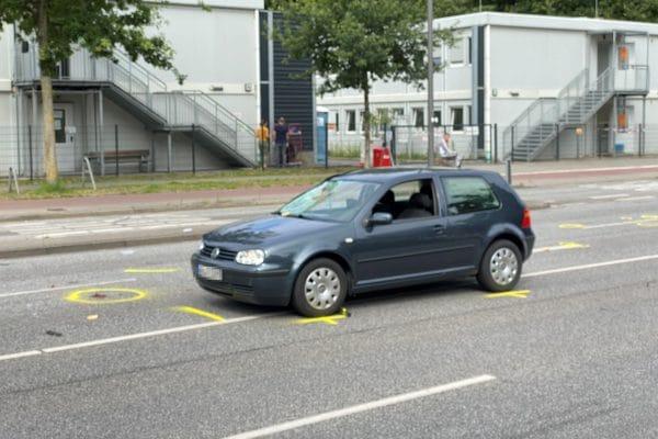 Die Scheibe des Unfallwagens ist eingedrückt.
