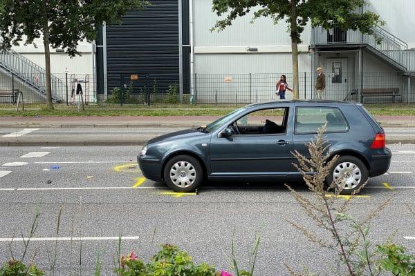 Der Unfallwagen steht mit eingedrückter Scheibe auf der Straße.