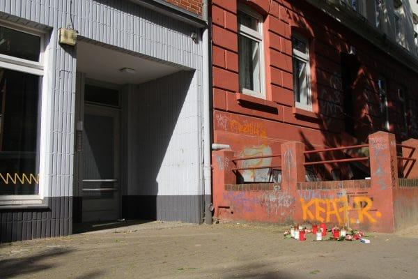 Kerzen und Blumen erinnerten am Tatort an das Opfer.