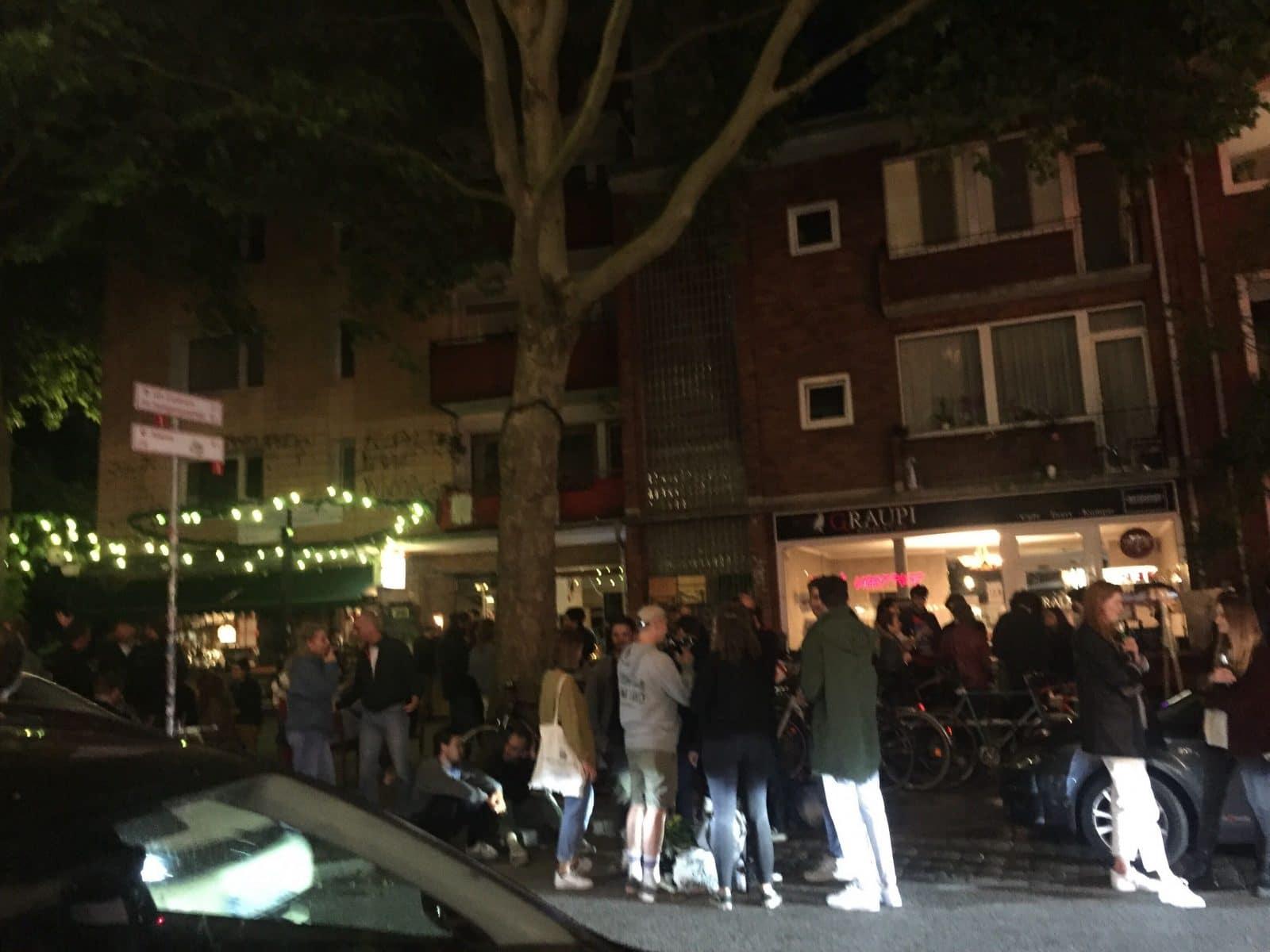 Menschen drängen sich vor einer Bar auf der Schanze. Foto: Alana Tongers