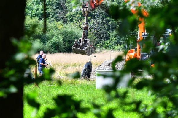 Hamburg 4.8.20 Bei Sondierungsarbeiten haben Arbeiter im Sassenhoff (Schnelsen) eine Weltkriegsbombe gefunden. Experten des Kampfmittelräumdienst bereiten die Entschärfung vor. DIe Polizei bereitet eine Evakuierung vor. Nach ersten Schätzungen wird die A7 für die Entschärfung gesperrt werden müssen. Foto: HamburgNews