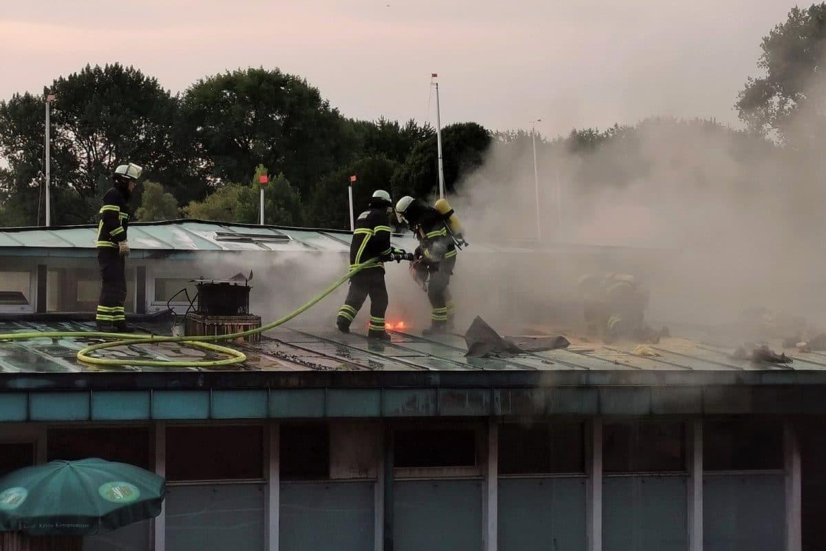 """Die Einsatzkräfte löschen den Brand im Restaurant """"Portonovo"""". Foto: HamburgNews Christoph Seemann"""