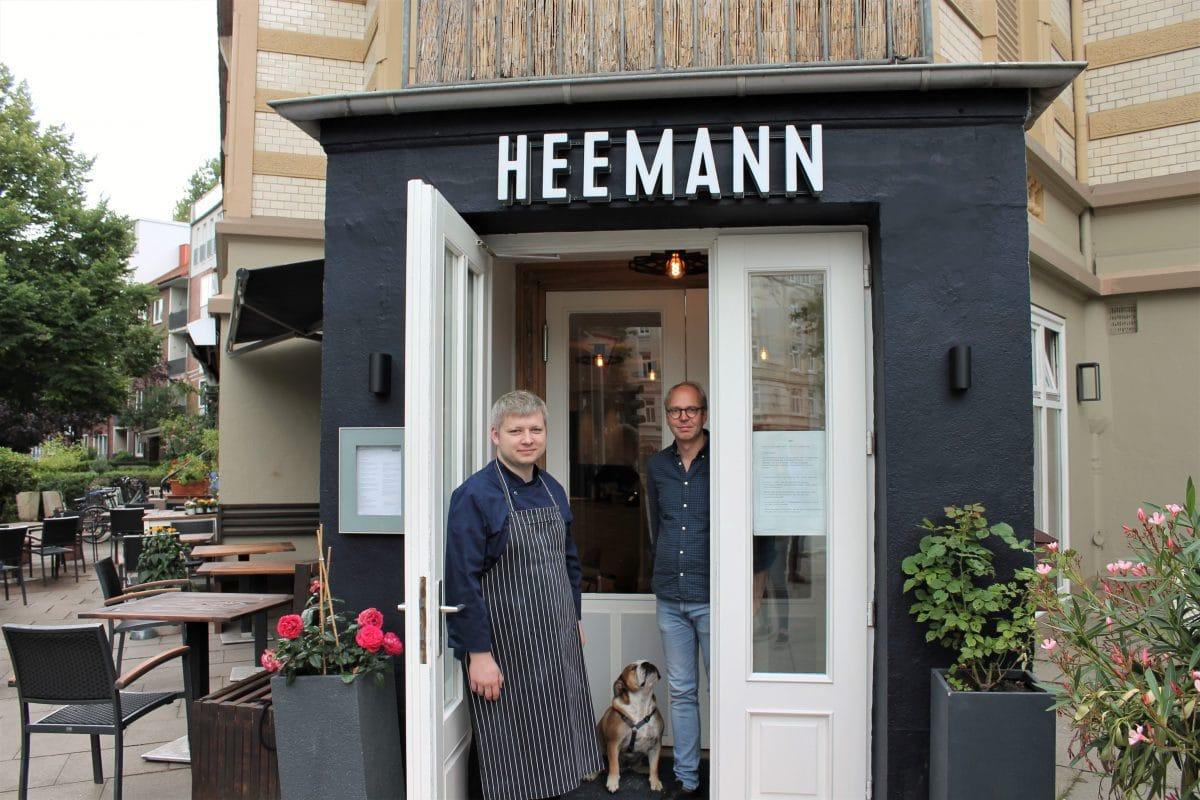 Florian Oehler und Lars Heemann vor dem Restaurant. Immer mit dabei: Hündin Helga. Foto: Marianne Bruhns