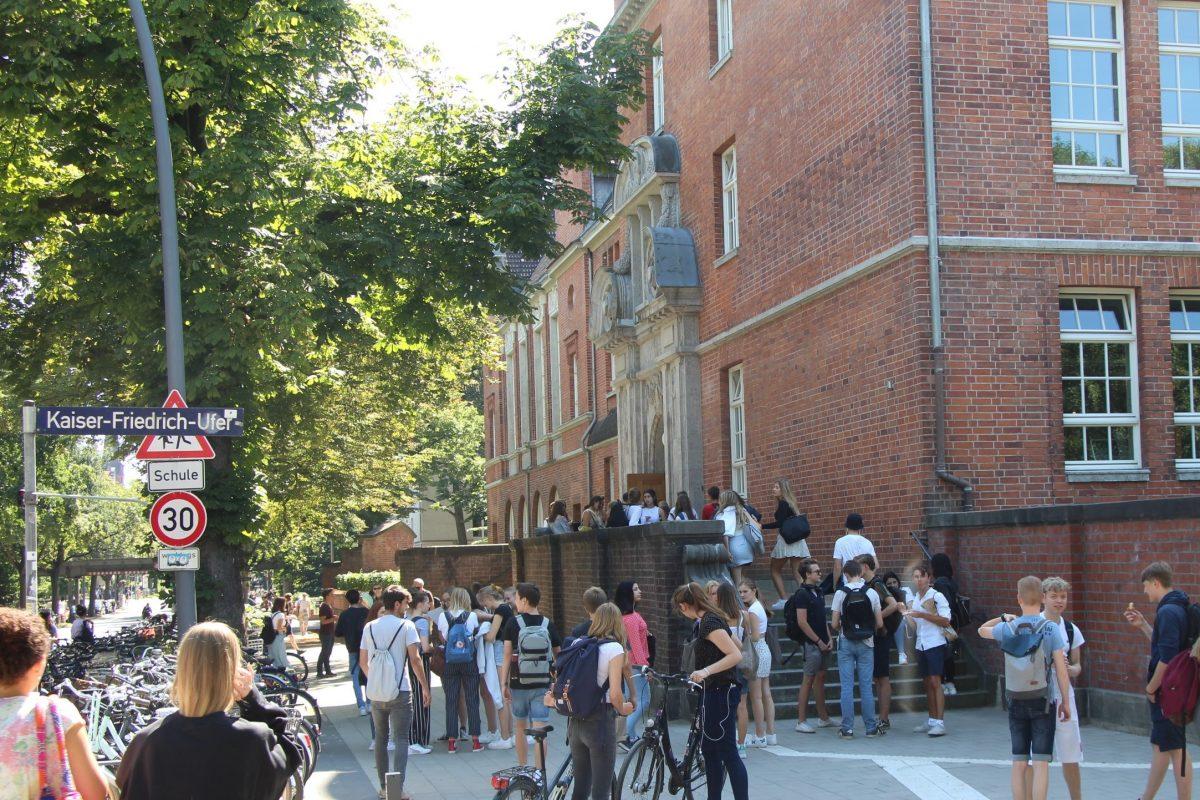 Schülermengen vor dem Oberstufenhaus des EM. Foto: Johanna Grabert