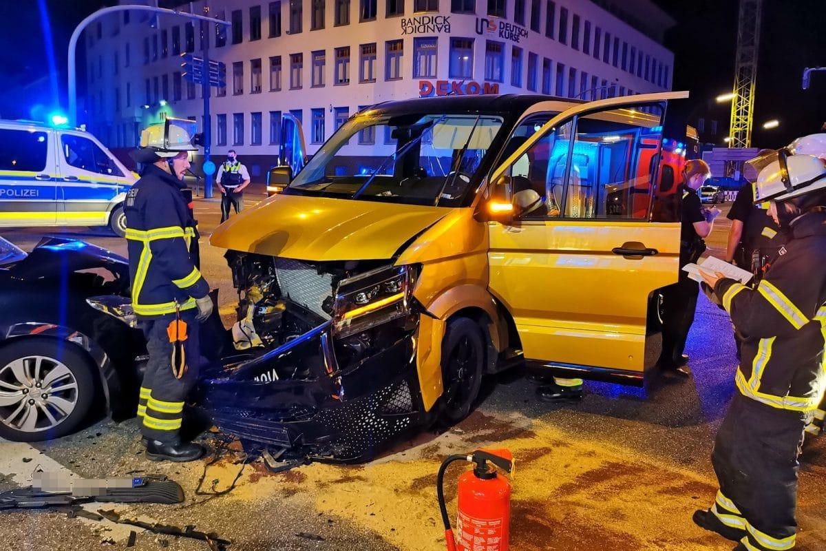 Die Fahrzeuge kollidierten an der Kreuzung Hoheluftchaussee/ Ecke Gärtnerstraße. Foto: HamburgNews Christoph Seemann