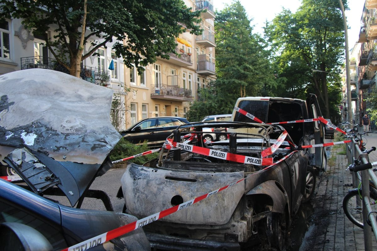 Drei Autos wurden durch das Feuer schwer beschädigt.