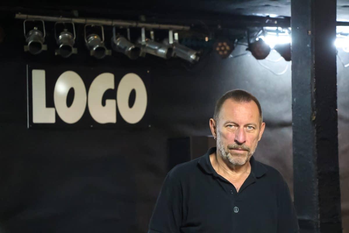"""Inhaber Eberhard Gugel vor der leeren Bühne des """"Logo""""."""