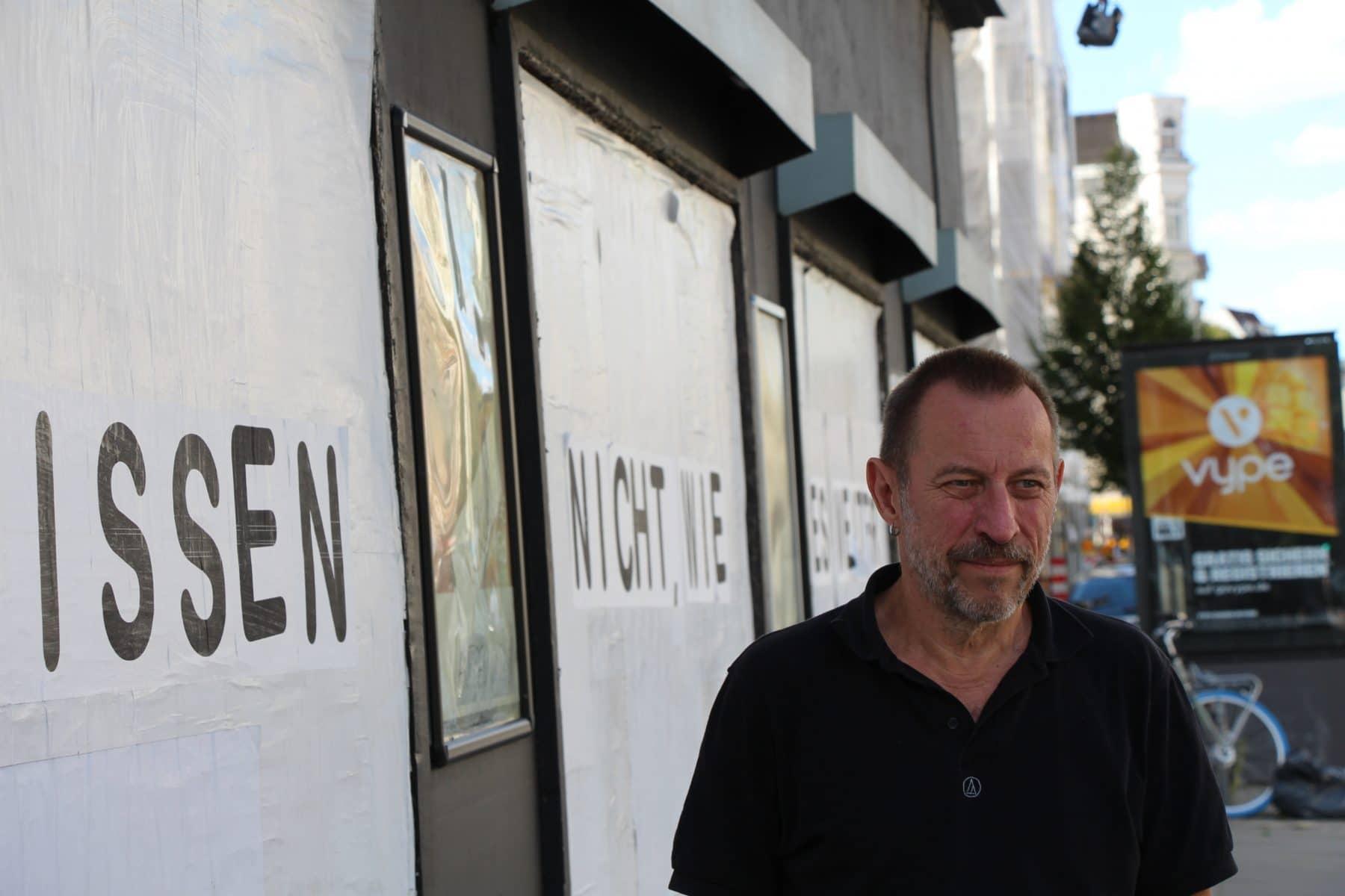 """Logo""-Inhaber Eberhard Gugel vor seinem geschlossenen Club."