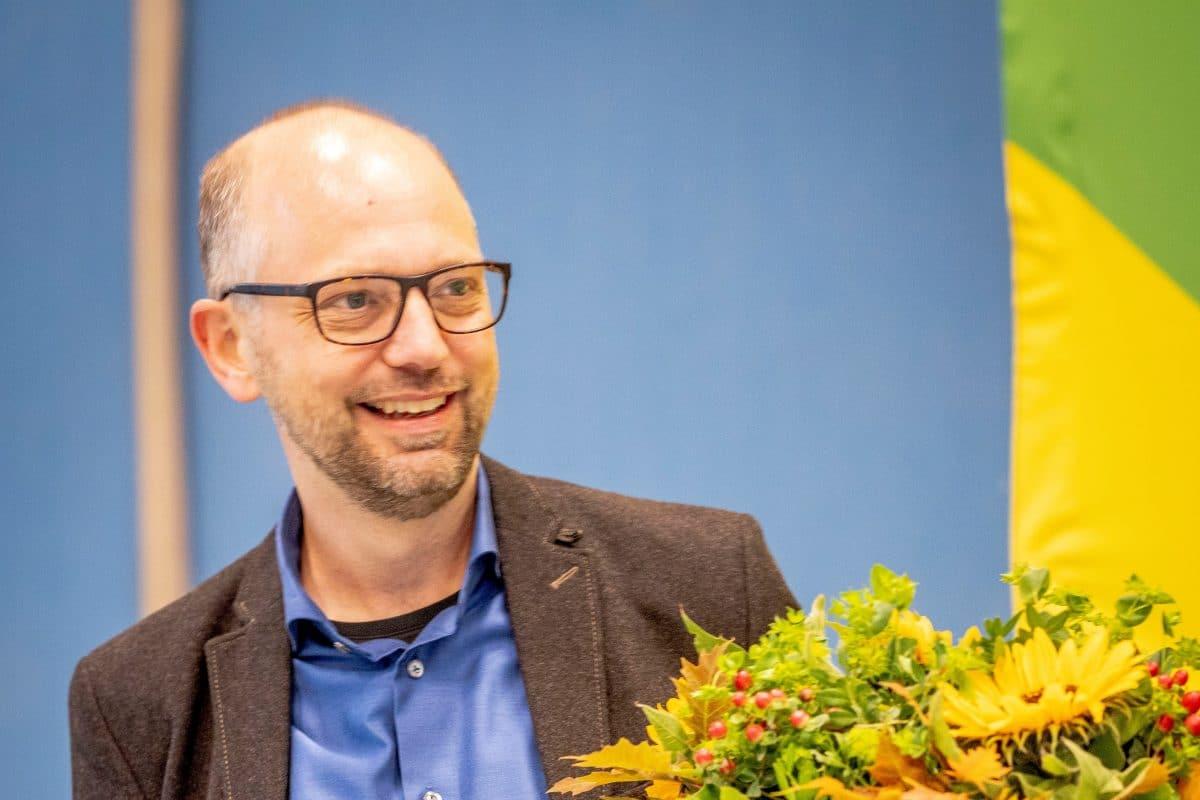 Till Steffen nimmt Blumen nach der Wahl zum Direktkandidaten entgegen.