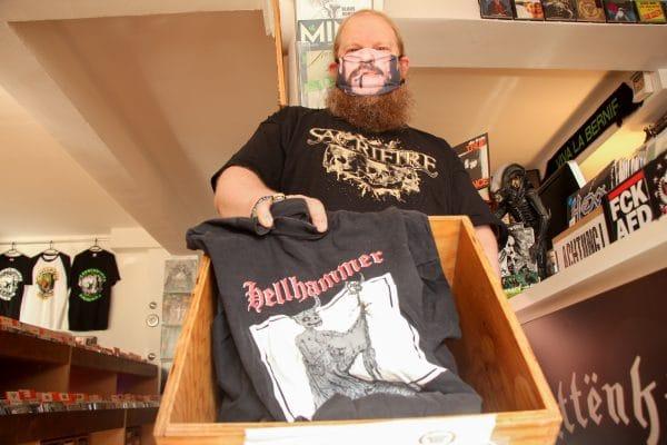 """In Christian Kinds Geschäft """"Plattenkiste"""" in der Gärtnerstraße können Eimsbütteler alte T-Shirts ihrer (früheren) Lieblingsbands abgeben. Der Verein """"Second Bandshirt"""" verkauft sie dann weiter, die Erlöse gehen vollständig an einen guten Zweck."""