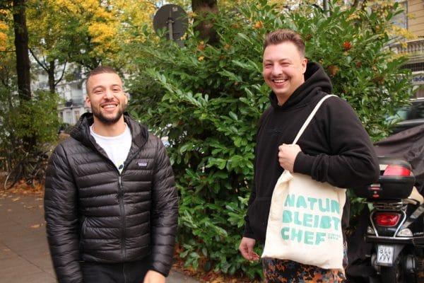 Die Eimsbütteler David Klau und Andi Ebel (v.l.) verkaufen selbstgekochte Bio-Suppen aus regionalem Gemüse. Foto: Julia Haas