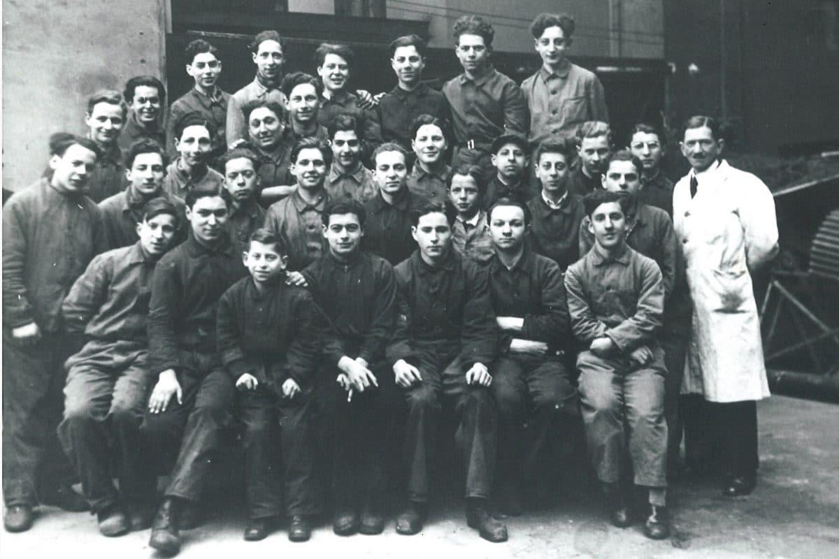 Lehrlinge der Schlosserwerkstatt posieren mit ihrem Ausbildungsleiter Georg Brauer.
