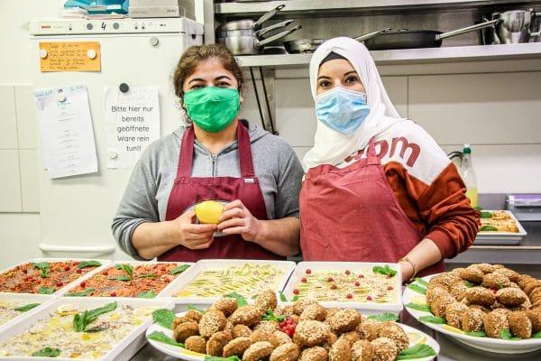 Hewen Scheko und Maisaa Saloum bereiten das Catering für eine Unternehmenskantine in Rellingen vor. (v.l.)