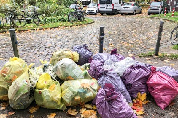 Rosa Müllsäcke am Straßenrand