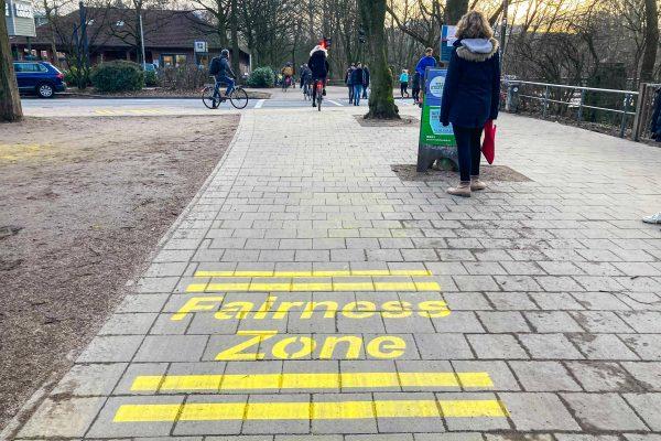 Gelbe Schriftzüge sollen für mehr Verkehrssicherheit am Isebek-Grünzug und der Hoheluftbrücke sorgen. Foto: Marianne Bruhns