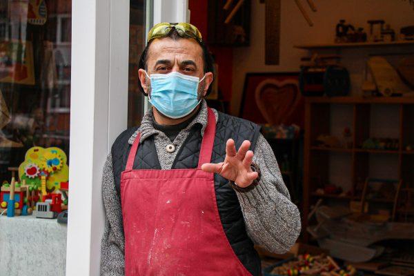 Kadir Taylan stellt im Heußweg 79a Holzspielzeug frei von Plastik und Metall her. Foto: Julia Haas