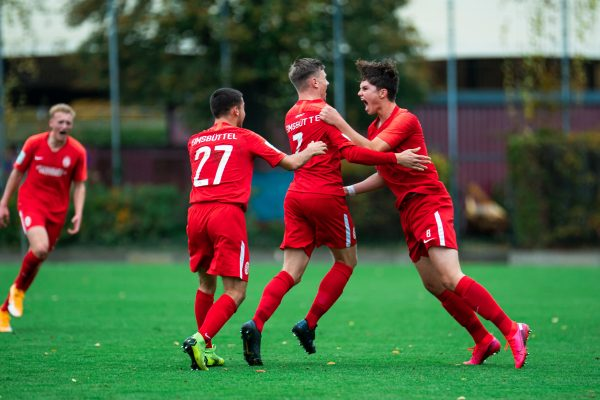 Torjubel bei den U19-Fußballern des ETV: In der letzten Saison schafften sie den Aufstieg in die U19 Bundesliga. Doch seit Monaten rollt kein Ball, und den Jugendlichen läuft die Zeit davon. Foto: Justus Stegemann
