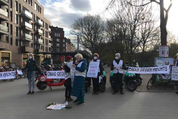 Mit Bannern und Schilder gedenken die Omas an die Opfer rechter Gewalt. Foto: Lukas Görlitz
